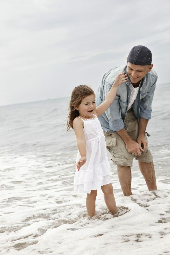 Fotografering af livsstil, far og datter ved stranden © Foto Ida Schmidt