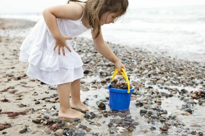 Livsstilsfotografering til billedbank, pige ved strand © Foto Ida Schmidt