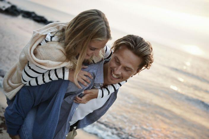 Reklamefotografering, ungt par i solnedgang © Foto Ida Schmidt