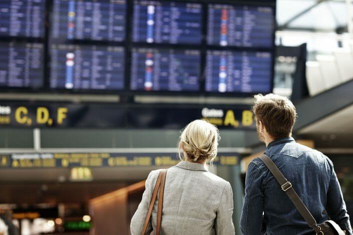 Livsstilsfotografering, par i lufthavn, biledbank © Foto Ida Schmidt