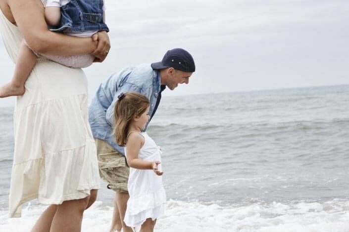 Fotografering af livsstil, billedbank, far og datter ved stranden © Foto Ida Schmidt