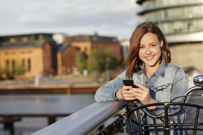 Reklamefotografering til billedbank, teenagepige med mobil ©foto Ida Schmidt