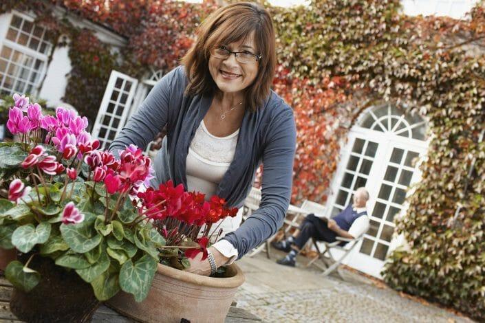 Fotografering til imagebank, senior kvinde planter blomster ©foto Ida Schmidt