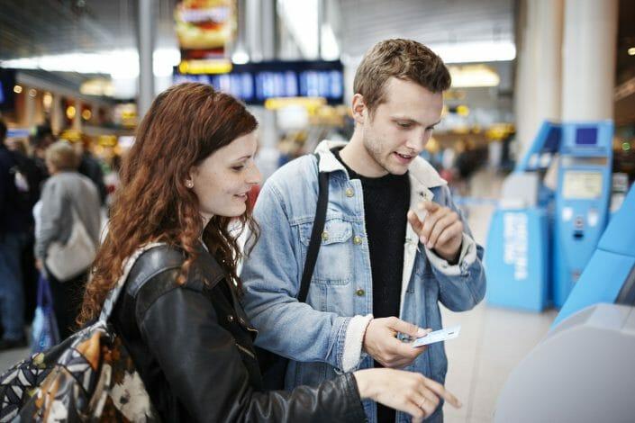 Livsstilsfotografering, ung par i lufthavn ©foto Ida Schmidt