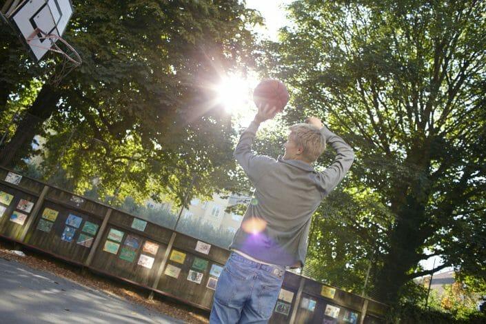 Livsstilsfotografering, teenager spiller basketball, © foto Ida Schmidt