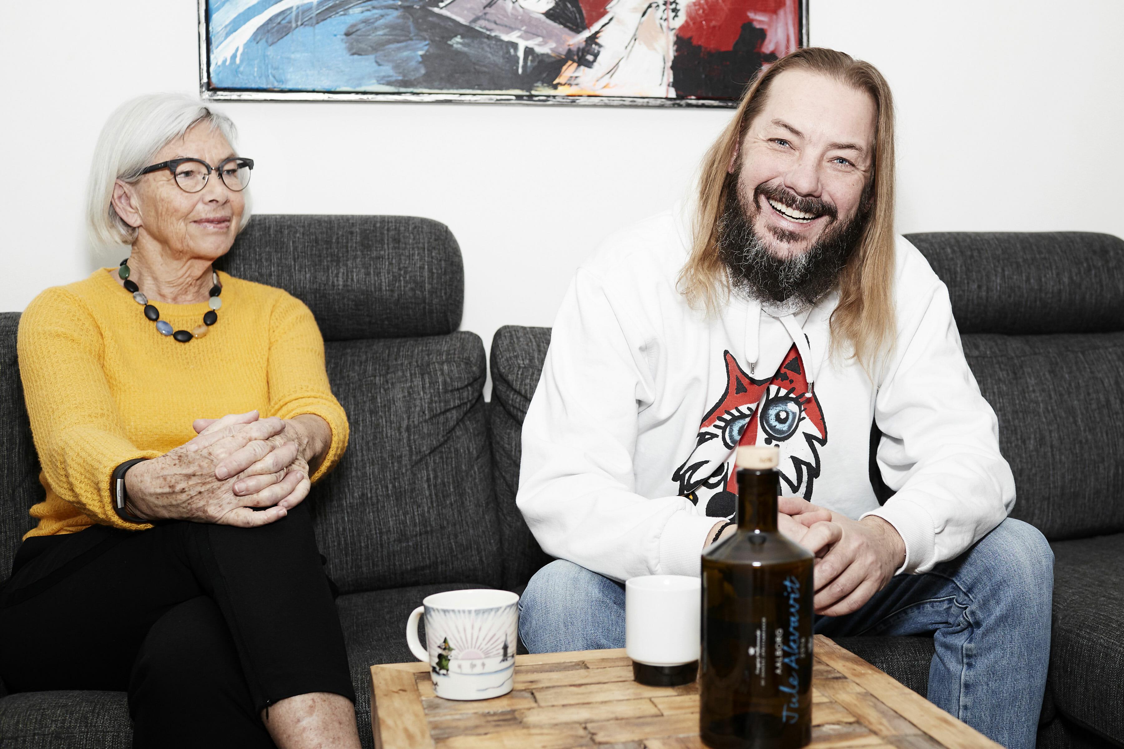 Redaktionelt portræt af Jonny Hefty og sin mor