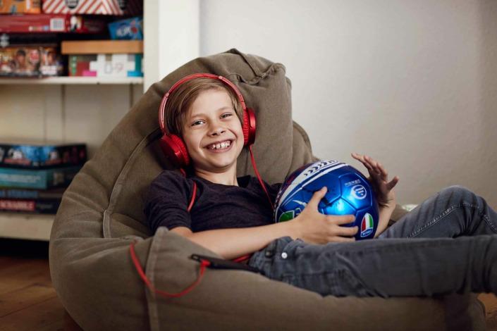 Fotografering til billedbank, dreng lytter til lydbog,eReolen ©foto Ida Schmidt