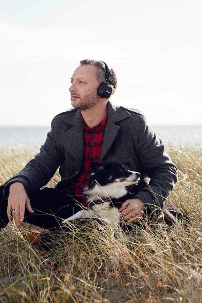 Fotografering til billedbank, mand og hund ved stranden,eReolen ©foto Ida Schmidt