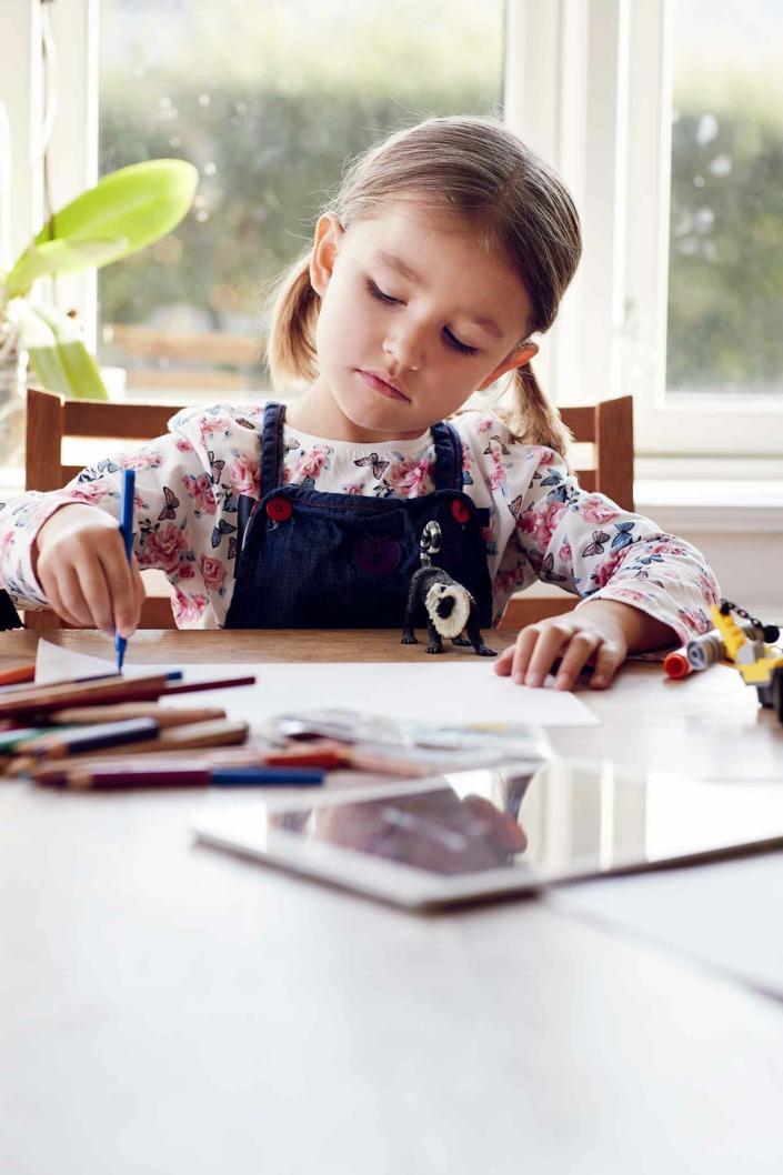 Fotografering til billedbank, pige tegner, eReolen ©foto Ida Schmidt