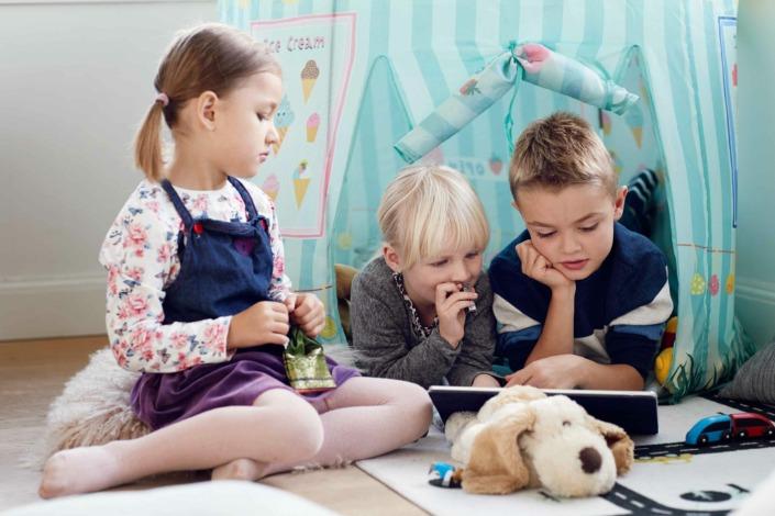 Fotografering til billedbank, børn ser på ipad,eReolen ©foto Ida Schmidt